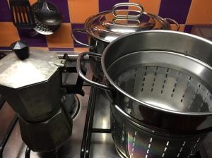 Darf in keiner Küche fehlen: die Kaffeemaschine und Pastatopf.
