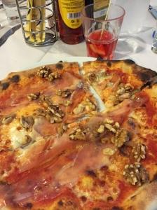 Aller guten Geschmäcker sind 3: Prosciutto, Gorgonzola, Noci.