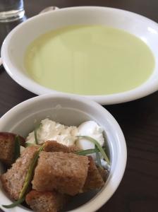 Zusammen mit Ziegenfrischkäse, Estragonblättern und Croutons servieren.