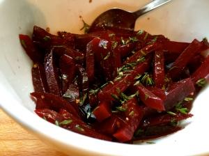 Das Topping: Rote Beete Pommes mariniert mit Olivenöl, Weißweinessig, einem Teelöffel Zucker, Salz, Pfeffer und Thymian.