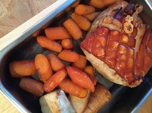 Derweil den Braten im Ofen warmhalten und vor dem Servieren kurz die Schwarte grillen.