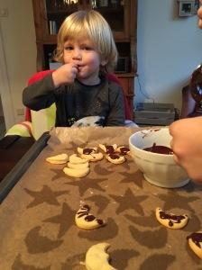 """In der Weihnachtsbäckerei gibt es manche Leckerei. Z.B. """"Hokolade"""" ..."""